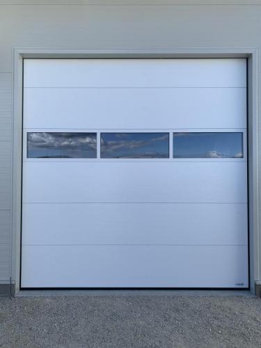 Industrijska vrata Protrend woodgrain, mikroprofilirana, Bela z zastekljeno sekcijo