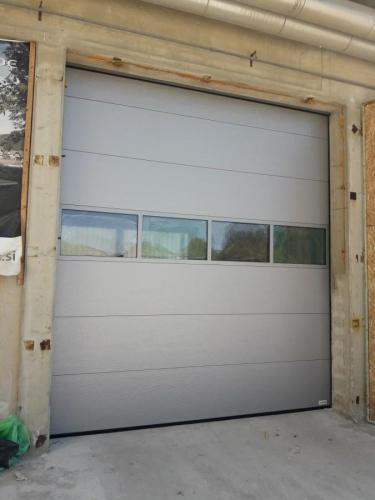 Industrijska vrata Protrend woodgrain, mikroprofilirana, srebrna, RAL 9006  zastekljena sekcija