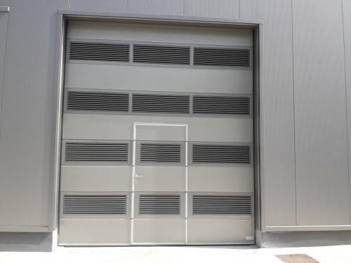 Industrijska vrata Protrend woodgrain, mikroprofilirana, srebrna, RAL 9007, osebni prehod z nizkim pragom, prezračevalne rešetke