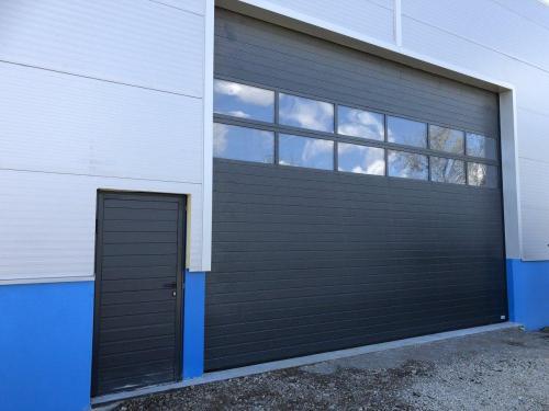 Industrijska vrata Protrend woodgrain z utori,  antracit- RAL 7016  z zastekljenimi sekcijami, stranska vrata