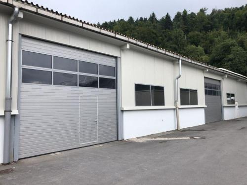 Industrijska vrata Protrend woodgrain z utori, srebrna- ral 9006, standardni os. prehod., zastekljene sekcije