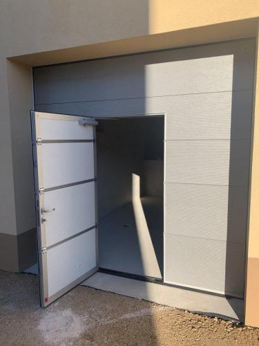 Vrata Protrend, srebrna, mikroprofilirana z osebnim prehodom z nizkim pragom